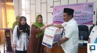 Ketua BKOW Sumbar Ny. Wartawati Nasrul Abit menyerahkan bantuan bagi korban bencana Solsel kepada Asisten III Bidang Administrasi Umum Hamdani Rabu, 15 Januari 2020.