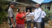 Plt Bupati Solsel Abdul Rahman menyerahkan bantuan bagi korban banjir di jorong sungai jerinjiang Nagari Talao Sungai Kunyit, Rabu