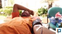 Seorang petugas Pasar Raya Padang melakukan donor darah di Kantor Bapenda Padang