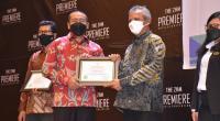 Wakil Gubernur Sumbar  Audy Joinaldy (kiri) menyerahkan penghargaan Program Pencegahan dan Penanggulangan Covid-29 di Tempat Kerja dari Menteri Ketenagakerjaan (Menaker) Republik Indonesia Ida Fauziyah, kepada Direktur Operasi PT Semen Padang Asri Mukhtar (kanan), Kamis (16/9/2021)