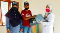 Relawan KOMPPAS menyerahkan bantuan APD kepada petugas pustu Saok Laweh Solok