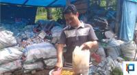 Ketua Bank Sampah Tuah Basamo, Wafrizul saat mempermentasekan sampah organik menjadi Eco Enzyme