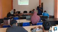 Suasana di kantor Bawaslu Pasbar saat memberikan pemahaman terhadap aplikasi SIPS