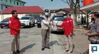 Bupati Irfendi Arbi saat menyerahkan belasan kartu BPJS Ketenagakerjaan kepada anggota PMI Lima Puluh Kota