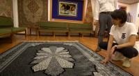 Nikita Mirzani melihat karpet yang akan dibelinya