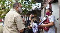 Anggota DPR RI Andre Rosiade menyerahkan bantuan sembako kepada warga Kelurahan GantingParak Gadang, Kecamatan Padang Timur, Kota Padang.