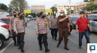 Kapolda Sumbar Irjen Pol Toni Harmanto Bersama Kadis Perdagangan Kota Padang Saat Mengunjungi Pasar Raya Padang