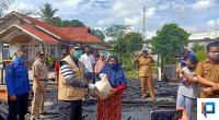 Bupati menyerahkan bantuan dua jam pasca kebakaran di Tanjung Pati. Kebakaran tersebut menghanguskan satu unit warung harian.