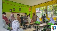 Bupati Pasaman Barat bersama Ketua DPRD Pasaman Barat saat meninjau PBM di SMP N1 Luhak Nan Duo