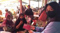 Mahasiswa Unri Bagikan Masker di Pasar Biaro