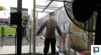 Kapolresta Padang Kombes Pol Yulmar Tri Himawan saat Dibilik Disinfektan