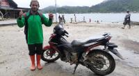 Rosman bersama sepeda motor operasional bantuan UPZ Baznas Semen Padang saat berada di KM-0 Pulau Pagai Selatan.