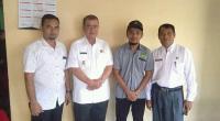 Wakil Gubernur Sumbar Nasrul Abit saat mengunjungi beberapa waktu lalu ke Rumah Singgah yang dikelola Riki Harianto (bertopi) untuk kaum dhuafa Pasaman Barat di Kota Padang