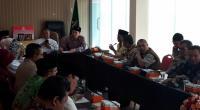 Komisi VIII DPR RI berdialog saat meninjau asrama haji Sumbar baru yang berada di Padang Pariaman