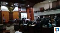 Paripurna menetapkan pandangan DPRD atas penjelasan gubernur, terhadap pelaksanaan hak interpelasi DPRD Sumbar dalam rapat paripurna, Rabu, 5 Agustus 2020.