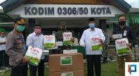 Dandim 0306/50 Kota serahkan ratusan APD Hazmat Suite kepada RSUD Achmad Darwis.