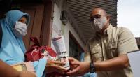 Anggota Komisi VI DPR RI Andre Rosiade membagikan sembako untuk warga Alai Parak Kopi, Padang Utara, Kota Padang.