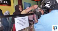 Sukarelawan Membagikan Nasi Bungkus Gratis