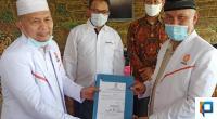 Bupati terpilih Pasaman Barat, Hamsuardi saat menerima surat keputusan dipercayai sebagai Wakil Ketua Majelis Pertimbangan Wilayah Partai Keadilan Sejahtera Sumbar dari Ketua MPW PKS Sumbar, Mahyeldi