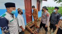 Camat Pagai Selatan Andar Sabelau melakukan pengguntingan pita peresmian pemakaian rumah da'i binaan UPZ Baznas Semen p Padang.