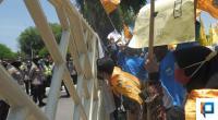 Puluhan mahasiswa melakukan aksi di depan Kantor Gubernur Sumbar