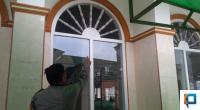 Bhabinkamtibmas Aiptu Azriyandi Menunjukkan Ventilasi Tempat Maling Masuk