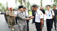 Wawako Solok Reinier bersama Kadis Pol-PP dan Damkar Ori Affilo menyalami petugas Satpam Kota Solok