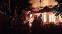 Petugas pemadam kebakaran berupaya memadamkan api di Kecamatan X Koto, Tanah Datar