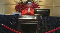 Resepsionis Emersia Hotel melayani tamu sesuai protokol kesehatan
