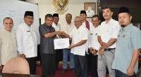 Manager CSR PT AMP Plantation, Agung Sriyono Hadi menyerahkan CSR Sekdakab Agam, Martias Wanto