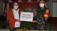 Kepala Departemen Komunikasi & Hukum Perusahaan PT Semen Padang Oktoweri (kiri) menyerahkan secara simbolis bantuan semen kepada Dansatgas TMMD  ke-110 di Mentawai, Letkol Czi Bagus Mardianto, Rabu (31/3/2021).