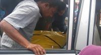 Jasad korban saat dibawa keluarga dari Pantai Karang Labung-Pessel