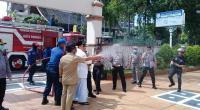 Kepolisian Kota Padang melakukab penyemprotan cairan disinfektan