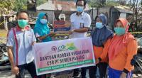 Staf Humas PT Semen Padang Agung (Kanan) menyerahkan bantuan kepada korban kebakaran di Tarantang.