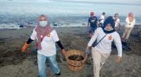 Tim Gerindra Sumbar gotong royong membersihkan Pantai Padang, Sabtu (16/1/2021) pagi.
