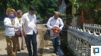Mawi Etek Arianto lakukan penyemprotan disinfektan bersama Srikandi Gerindra Wulan Denura dan Yernita serta Ketua OKK Nasrul Kenong di Kecamatan Latina.