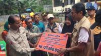 Gubernur Sumbar Irwan Prayitno menyerahkan bantuan secara simbolis kepada Bupati Pasaman Yusuf Lubis