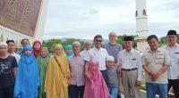 Gubernur Sumbar Irwan Prayitno foto bersama dengan 15 orang turis muslim asal Kumning, Cina, di Masjid Raya Sumbar.