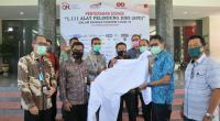 Kepala OJK Sumbar Misran Pasaribu menyerahkan bantuan APD kepada Gubernur Sumbar Irwan Prayitno