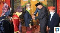 Gubernur Sumbar, Mahyeldi saat diminta dalam penobatan Raja Kabuntaran Talu, Tuanku Bosa Ke XV, Jhonny ZA untuk memasangkan keris