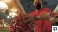 Pedagang di Pasar Raya Padang memperbaiki dagangannya