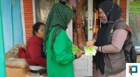 Pendamping PKH Renti bersama Ketua KPM Tando Wati saat akan menempelkan stiker di rumah warga penerima manfaat PKH