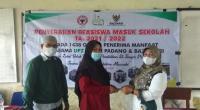 Penyerahan bantuan beasiswa masuk sekolah dari UPZ Baznas Semen Padang. Hingga Juli 2021, UPZ Baznas Semen Padang telah menyalurkan zakat kepada delapan asnaf sebesar Rp4 miliar lebih.