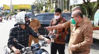 Pjs. Wako Solok, Asben Hendri saat sosialisasi penggunaan masker di Taman Syech Kukut Kota Solok.