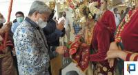 Direktur Keuangan dan Sumber Daya Manusia PT Hotel Indonesia Natour (Persero), Indomora Harahap disambut dengan tarian pasambahan.
