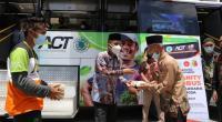 Wakil Wali Kota Solok, Dr. Ramadhani Kirana Putra memberikan makanan gratis dari ACT pada masyarakat