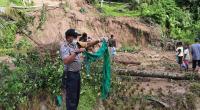 Polsek Padang Ganting bersama warga di lokasi longsor