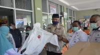 Wali Kota Padnag memperlihatkan APD yang merupakan bantuan dari BNPB