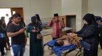 Keluarga korban melihat kondisi jasad di kamar jenazah RSUD M. Natsir