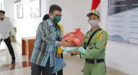 Ketua Korpri kota Solok, Nova Elvino menyerahkan bantuan sembako kepada perwakilan Linmas